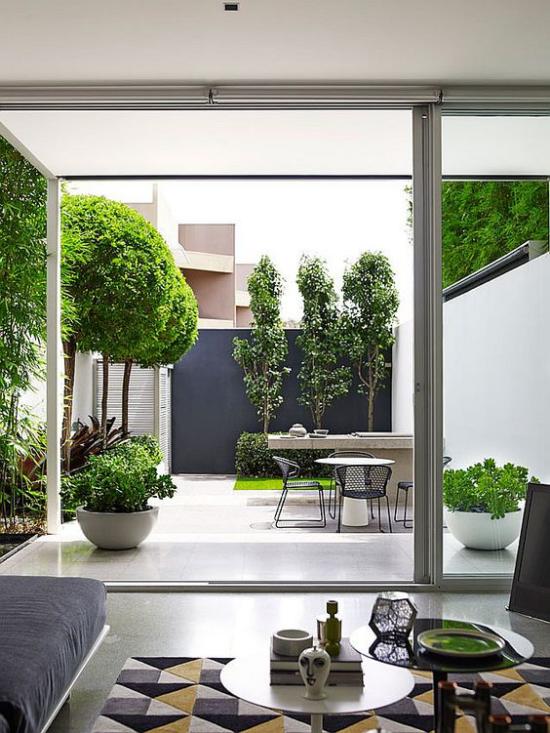 minimalistische Terrassengestaltung Übergang zwischen drinnen und draußen verschwommen