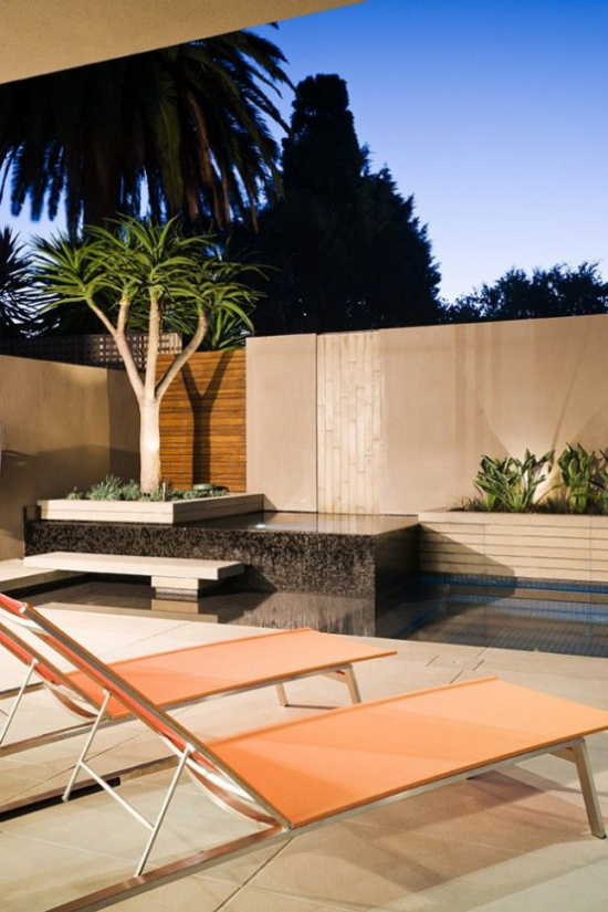 minimalistische Terrassengestaltung Inspirationsquelle klare Linien warme Farben zwei Liegen kleiner Pool