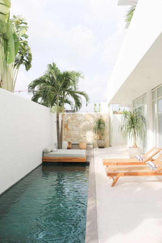 minimalistische Terrassengestaltung Steinwand kleiner Pool vollkommene Ruhe genießen