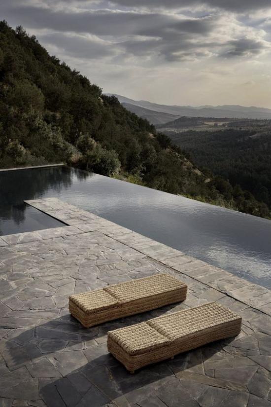 minimalistische Terrassengestaltung herrliche Aussicht See Terrasse mit Steinplatten zwei Liegen berge in der Ferne