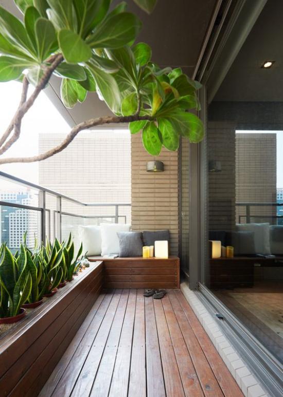 minimalistische Terrassengestaltung kleine Terrasse Holzboden viel Grün ringsum Übergang zwischen drinnen und draußen verschwommen