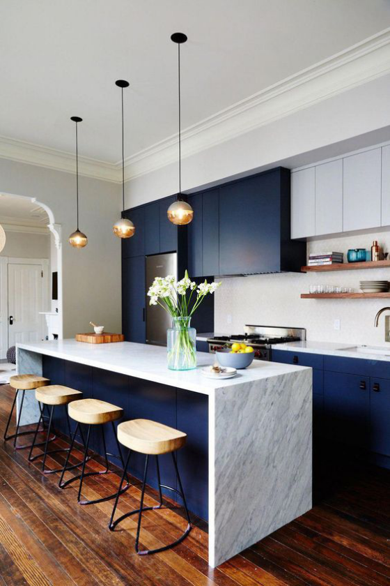 moderne Küche Kücheninsel aus weißem Marmor marineblaue Küchenschränke toller Farbkontrast