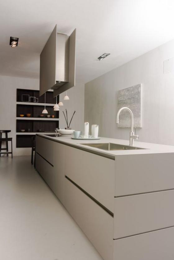 moderne Küche Minimalismus Küchendesign in Grau-Beige keine Schränke große Kücheninsel hängendes Regal