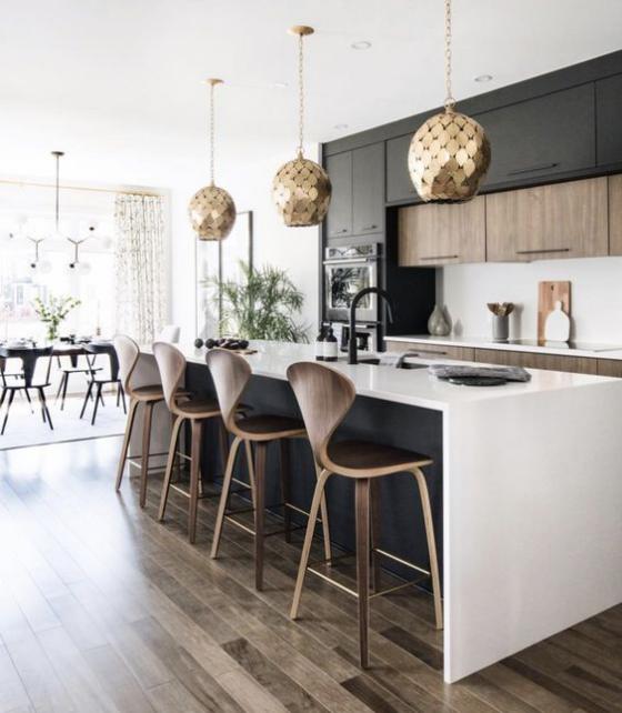 moderne Küche Wohnküche Esszimmer daneben gewölbte Hocker goldglänzende Hängelampen