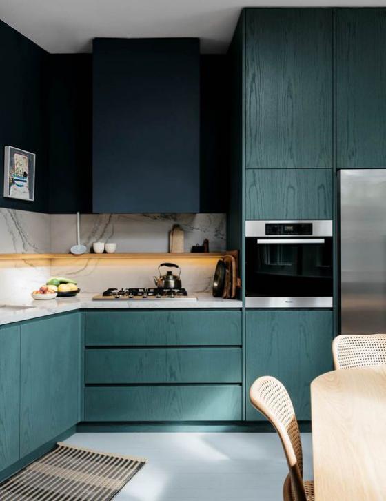 moderne Küche aquamarin marineblau und weißer Marmor bilden hier das Farbschema