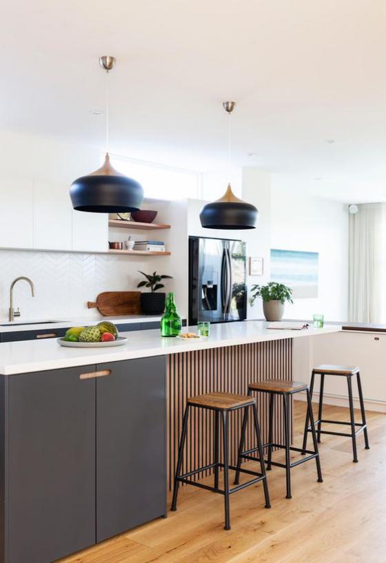 moderne Küche auffälliges Design Farbkontraste Weiß Schwarz braune Holzplatten schwarze Hängelampen