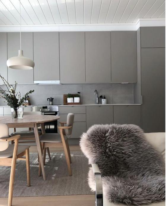 moderne Küche elegantes Küchendesign ganz in Grau Pelldecke runder Tisch bequeme Stühle Hängeleuchte