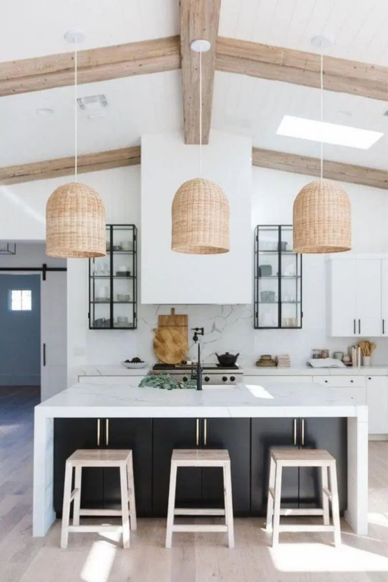 moderne Küche gemütliche Raumatmosphäre Holzbalken Hängeleuchten über der weißen Kücheninsel