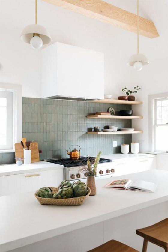 moderne Küche graublaue Fliesen an der Küchenrückwand weiße Schränke weiße Kücheninsel