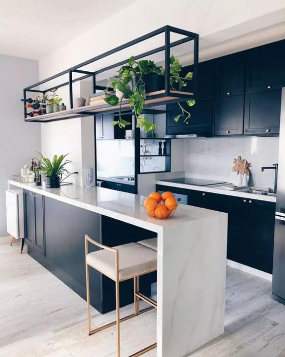 moderne Küche hängendes Regal über der Kücheninsel Grünpflanzen frische Note ins Küchendesign bringen