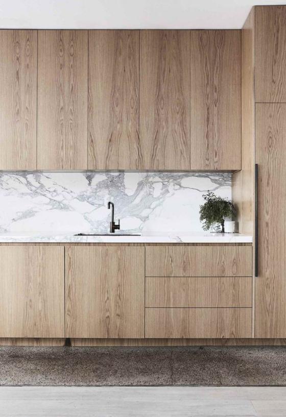 moderne Küche hellgrauer Marmor hellgebeiztes Holz perfekte Kombination Küchenrückwand Schränke