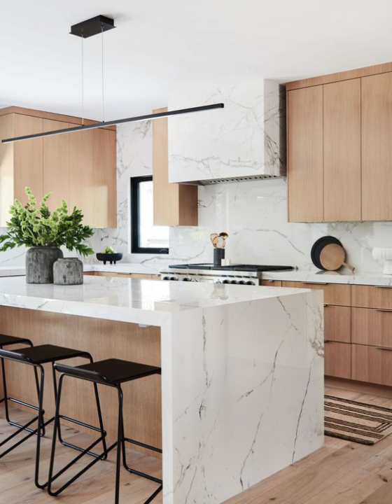 moderne Küche klare geometrische Formen Kücheninsel weißer Marmor viel helles Holz tolle Kombination