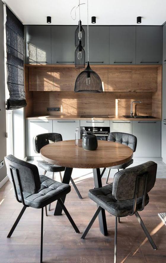 moderne Küche kleiner Raum Grau und helles Holz dominieren Fensterrollos runder Tisch bequeme Stühle