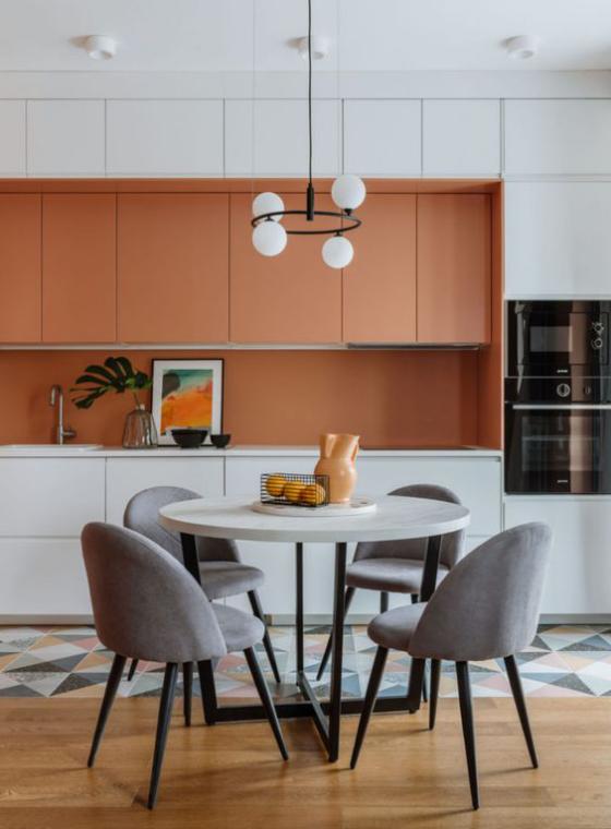 moderne Küche neutrale Farben viel Wärme Ocker runder Tisch bequeme graue Stühle Gemütlichkeit pur
