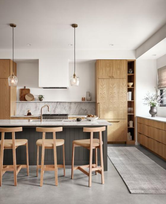 moderne Küche viel helles Holz Grau und Weiß schickes Küchendesign Kücheninsel Hängelampen Hocker