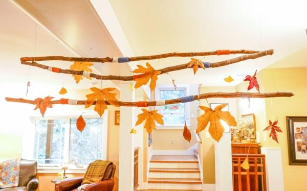 natürliche Deko-Ideen Herbstdeko Herbstblätter aufhängen