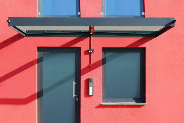 rote Wandgestaltung Glasvordach