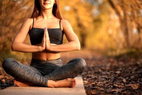 sportkleidung kaufen yoga trainieren welche bekleidung