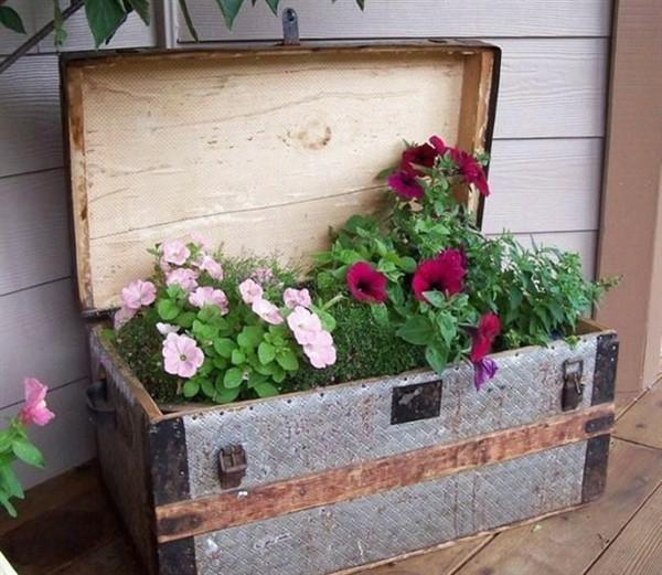 upcycling ideen garten alter koffer pflanzenbehälter