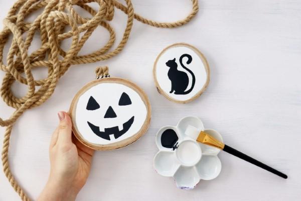Basteln mit Holzscheiben zum Halloween – kinderleichte DIY Ideen und Anleitung baumscheiben bemalen diy tutorial