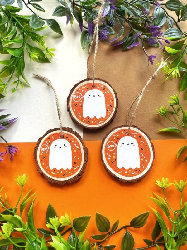 Basteln mit Holzscheiben zum Halloween – kinderleichte DIY Ideen und Anleitung geister ornamente niedlich