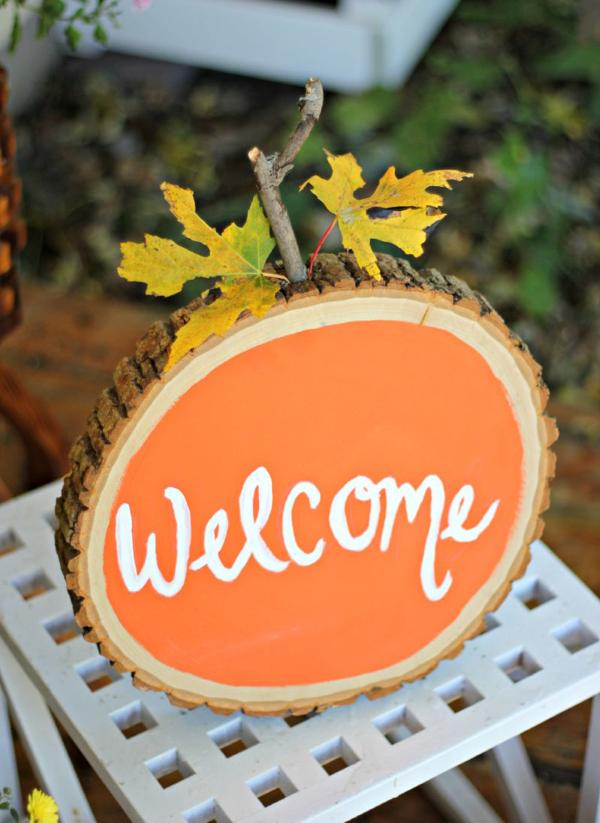 Basteln mit Holzscheiben zum Halloween – kinderleichte DIY Ideen und Anleitung halloween party schild wilkommen