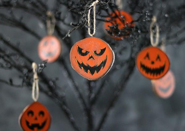 Basteln mit Holzscheiben zum Halloween – kinderleichte DIY Ideen und Anleitung jack o laternen ornamente baum