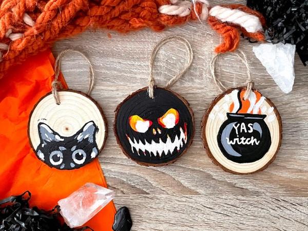 Basteln mit Holzscheiben zum Halloween – kinderleichte DIY Ideen und Anleitung mini baumscheiben malerei