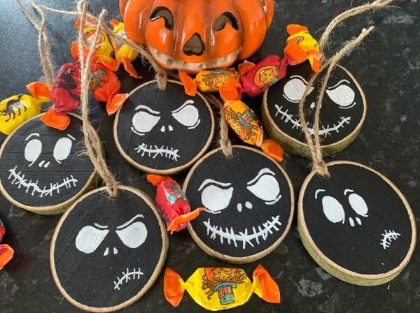 Basteln mit Holzscheiben zum Halloween – kinderleichte DIY Ideen und Anleitung tim burton skelett diy