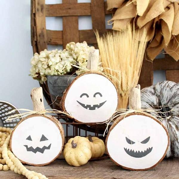 Basteln mit Holzscheiben zum Halloween – kinderleichte DIY Ideen und Anleitung weiße kürbis ideen jack o lantern