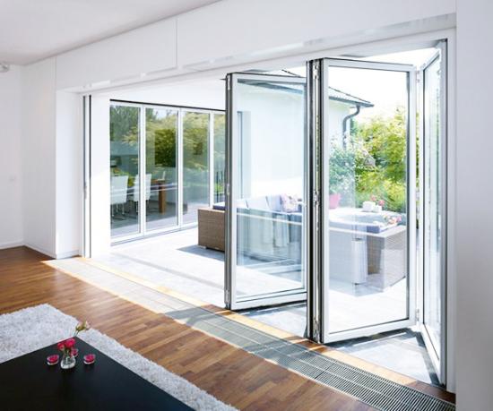 Bodentiefe Faltfenster moderne Fensterkonstruktion Faltschiebetüren zwischen Innenraum und Veranda