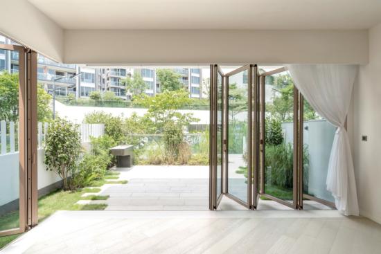 Faltfenster moderne Fensterkonstruktion geöffnete Glastüren im Sommer lange an der frischen Luft bleiben