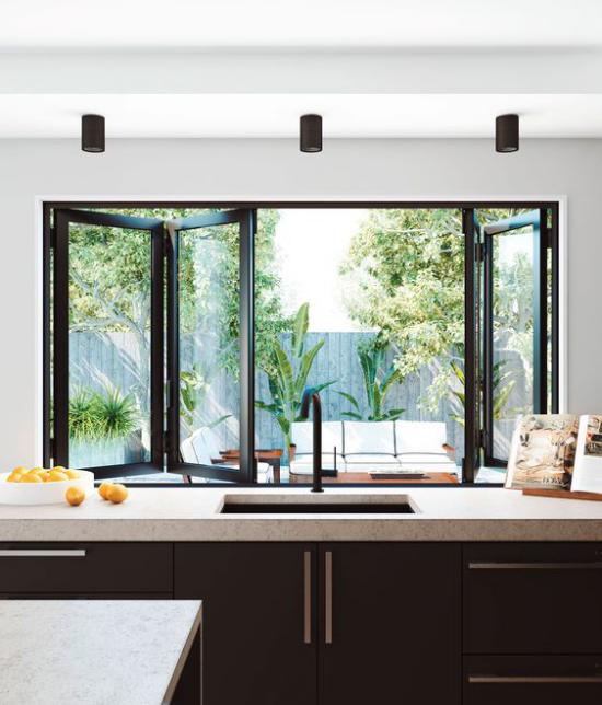 Faltfenster moderne Fensterkonstruktion in der Küche Blick auf die Veranda Sitzgruppe draußen nahtloser Übergang