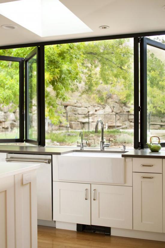 Faltfenster moderne Fensterkonstruktion in der Küche großartige Option den Innenraum nach außen zu öffnen
