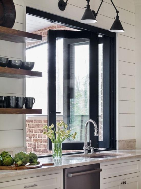 Faltfenster moderne Fensterkonstruktion werden elegant nach draußen geöffnet