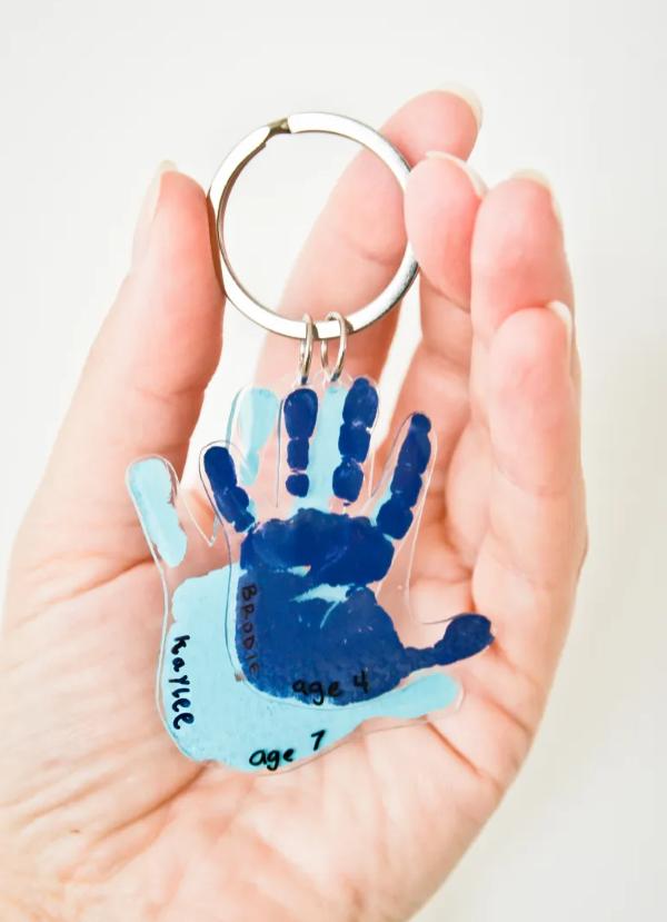 Geschenk für Opa basteln mit Kindern – liebevolle Ideen und 2 einfache DIY Anleitungen schlüssel anhänger kinder hände schrumpffolie