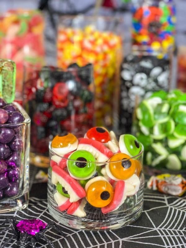 Halloween Buffet – Deko Ideen und Tipps für eine tolle Gruselparty bunte gummi leckereien