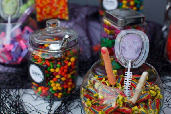 Halloween Buffet – Deko Ideen und Tipps für eine tolle Gruselparty bunte zucker leckereien gläser