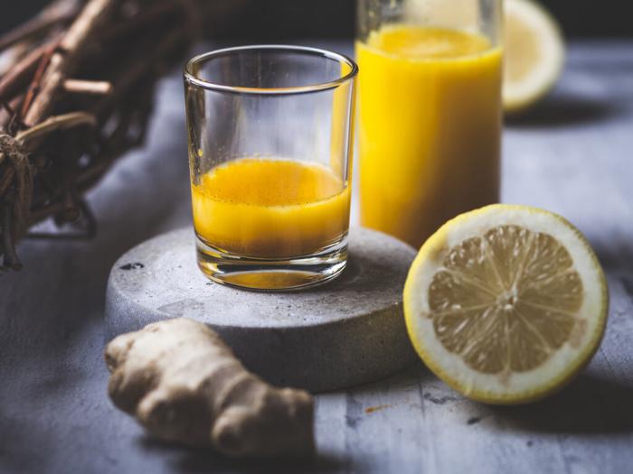 Ingwer Shot selber machen Ingwer und Zitronen auspressen mixen Geheimwaffe gegen Erkältungen Grippe
