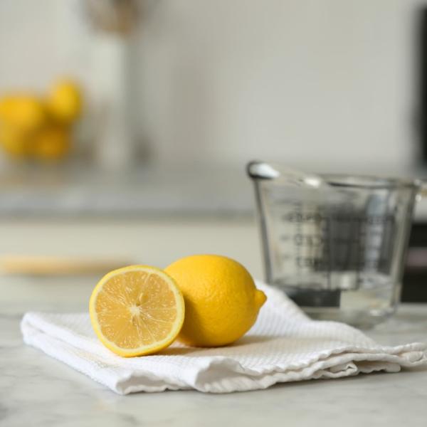Mikrowelle mit Wasser und Zitrone reinigen Schritt für Schritt