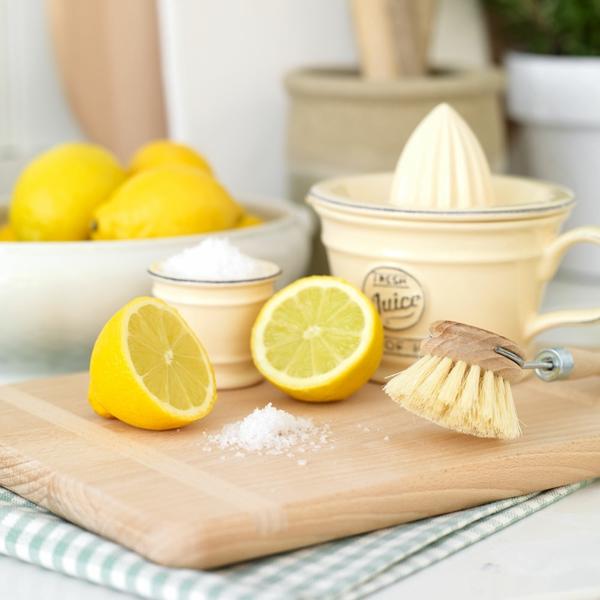 Mikrowelle mit Wasser und Zitrone und Backnatron reinigen