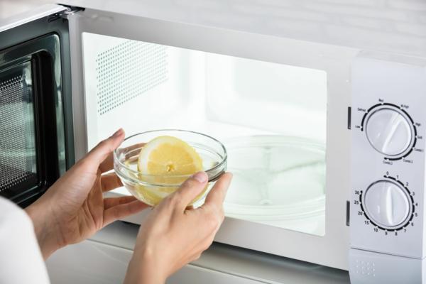 Mikrowelle reinigen Hausmittel Zitrone Backsoda