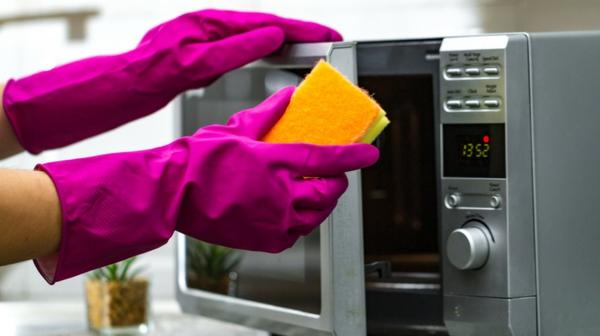 Mikrowelle reinigen Hausmittel und Tipps