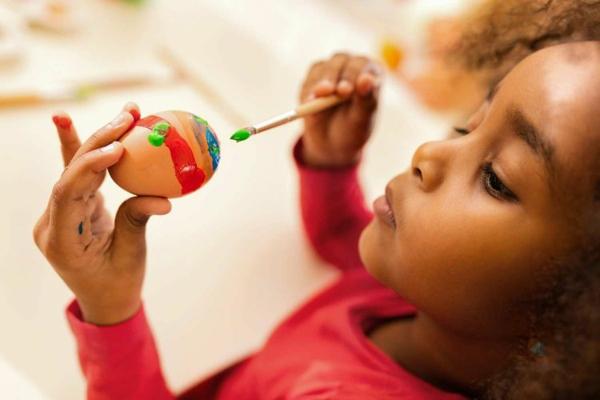 Mit Kindern basteln Eier bemalen Bastelideen für Kleinkinder