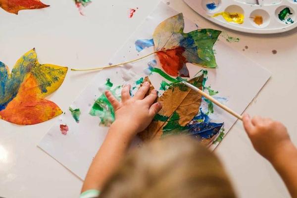Mit Kindern basteln Herbstblätter Bastelideen für Kleinkinder im Alter von 2-3 Jahren