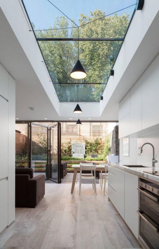 Moderne Dachfenster geräumiges Wohn-und Esszimmer mit Küche die Grenze zwischen drinnen und draußen verschwinden lassen