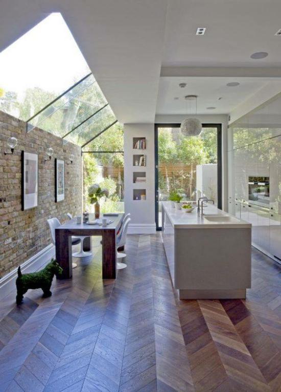 Moderne Dachfenster großer Raum Esszimmer plus Küche richtige Beleuchtung Holzboden Ziegelwand