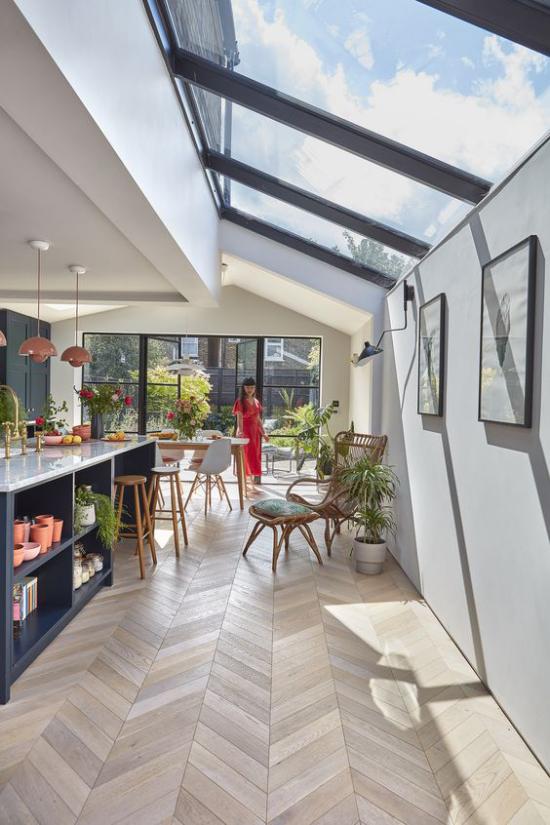 Moderne Dachfenster großer Raum Küche Esszimmer viele grüne Pflanzen keine Grenze zwischen drinnen und draußen