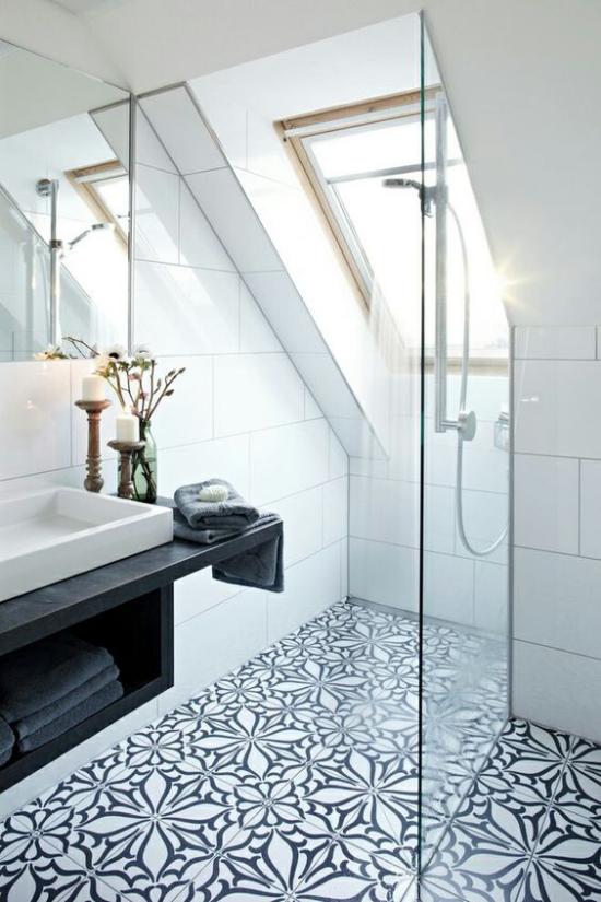 Moderne Dachfenster helles modernes Bad großes Fenster Fliesen Glaswand
