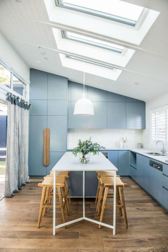 Moderne Dachfenster im Esszimmer viel Tageslicht entsteht ein heller ansprechender Raum